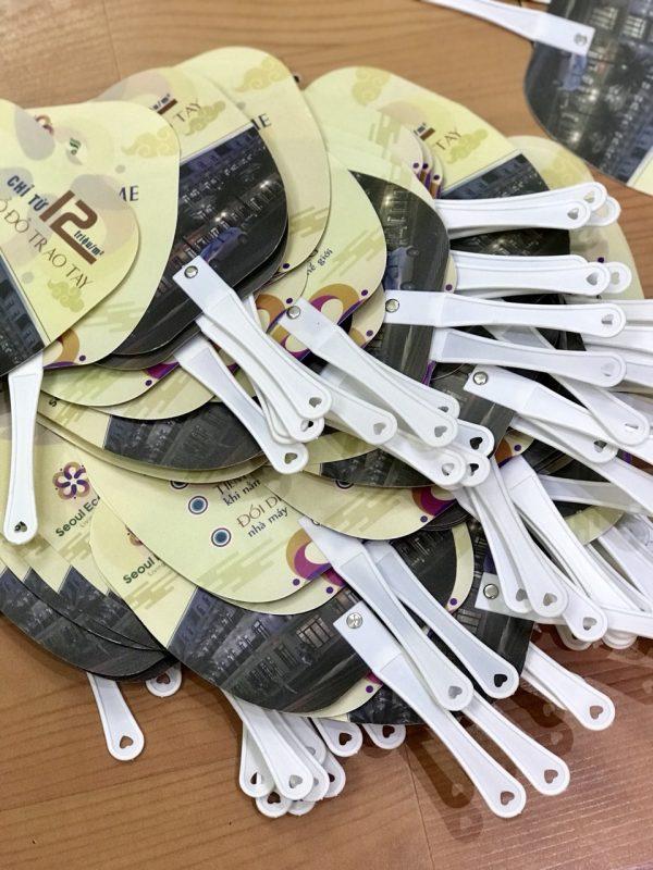 Quạt nhựa cầm tay quảng cáo hình thang bo góc, in logo Seoul Ecohome